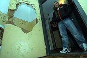 Okna v katastrofálním stavu v domech na sídlišti Sever