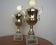 Poháry pro finalisty.