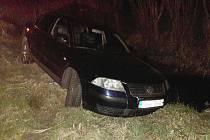 V neděli po 20. hodině upozornila starostka obce Dubnice policii na osobní vozidlo značky Volkswagen havarované v tamním potoce. Řidič posléze nadýchal přes 4 promile.