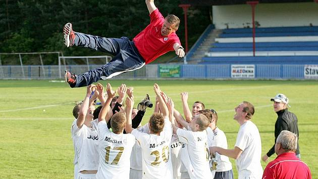 Hráči českolipského Arsenalu B se radují z postupu do krajského přeboru.