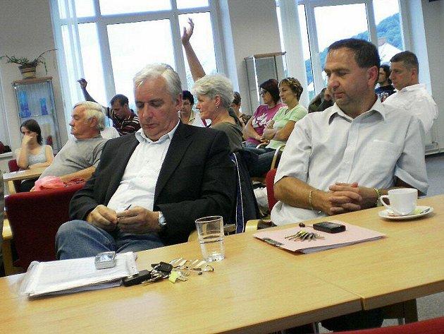 Objasnit postup firmy VCES přijel na zastupitelstvo Petr Němec (vlevo). Výtkám se nevyhnul ani Libor Šimeček.