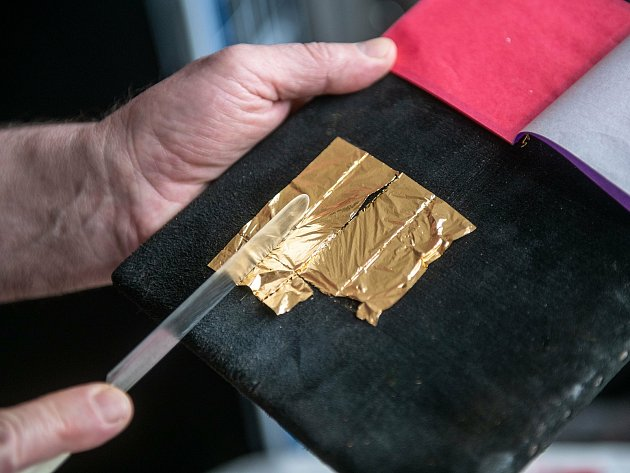 Zlaté plátky jsou tak tenké, že při práci Václav Hodinka skoro ani nedýchá. Plátky přichytí pomocí vazelíny na zštětec zveverčích chlupů. Před samotným zlacením si zlato nakrájí na kožené podložce.