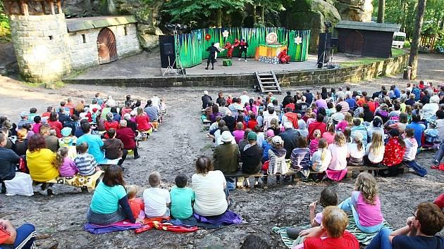 Lesní divadlo ve Sloupu v Čechách se každoročně těší hojné návštěvnosti.