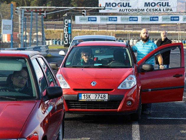 V neděli se díky Základní organizaci neslyšících v Mladé Boleslavi konal na sosnovském autodromu kurz bezpečné jízdy pro neslyšící.