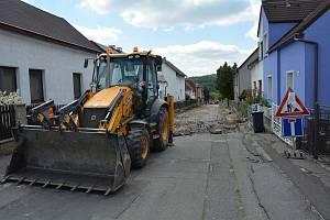 V ulici Pod Špičákem ve Staré Lípě pobíhá generální rekonstrukce chodníků i vozovky, které byly roky v havarijním stavu