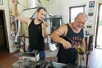 Otec Jiří a syn Jakub Haidlovi ve sklářské dílně v jejich domě na Svojkově. Při práci si nepotřebují nic říkat, oba přesně vědí, co a jak udělat.
