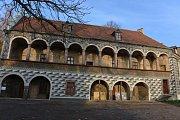 Opravená severní a jižní fasáda již zdobí Červený dům v České Lípě.