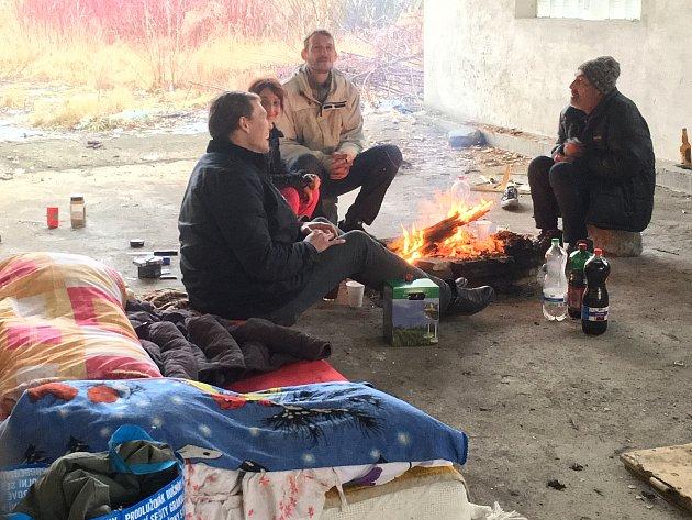 Štědrý den vteple praskajících kamen, vkruhu rodinném. Ito může být realita vkomunitě bezdomovců. Redaktor Českolipského deníku zjišťoval, jak tráví Vánoce lidé bez domova.