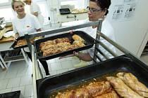 Téměř 600 porcí připraví jídelna Střední průmyslové školy v České Lípě pro volební komise ve městě.