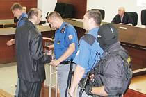 Těžkooděnci dohlíželi na soudní líčení.