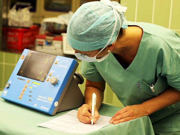 Lékařka Iva Bártová se stovkám žen věnuje vmamologické poradně českolipské nemocnice. Některé pacientky specialistku ve svém oboru potkají ina operačním sále, při šetrné operaci prsu. Chirurgové ji nově provádějí pomocí gama sondy.