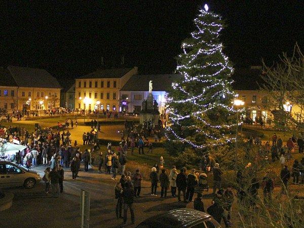 Vprvním adventním týdnu ozdobily vánoční stromy snad všechna města vkraji. Nejvyšší se tyčí na náměstí Republiky vDoksech.