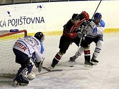 Holčák atakován Martincem se snaží překonat hostujícího gólmana Vinkláře.
