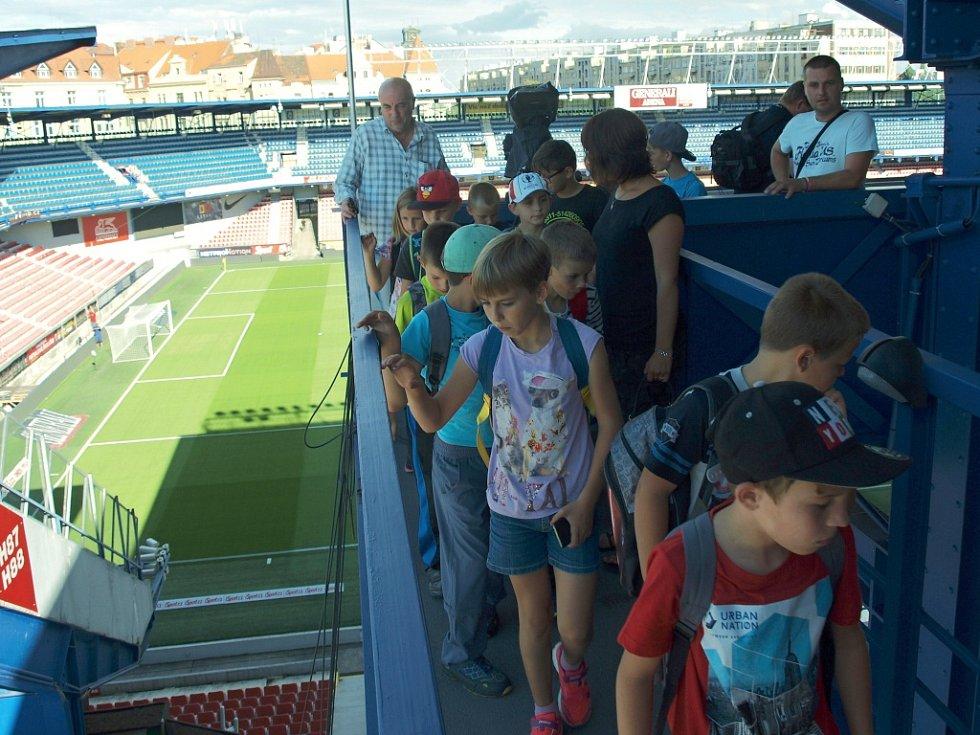 Mladí hráči kravařského fotbalového klubu si v neděli užili výlet do hlavního města. Jeho hlavním cílem byl zápas pražské Sparty.