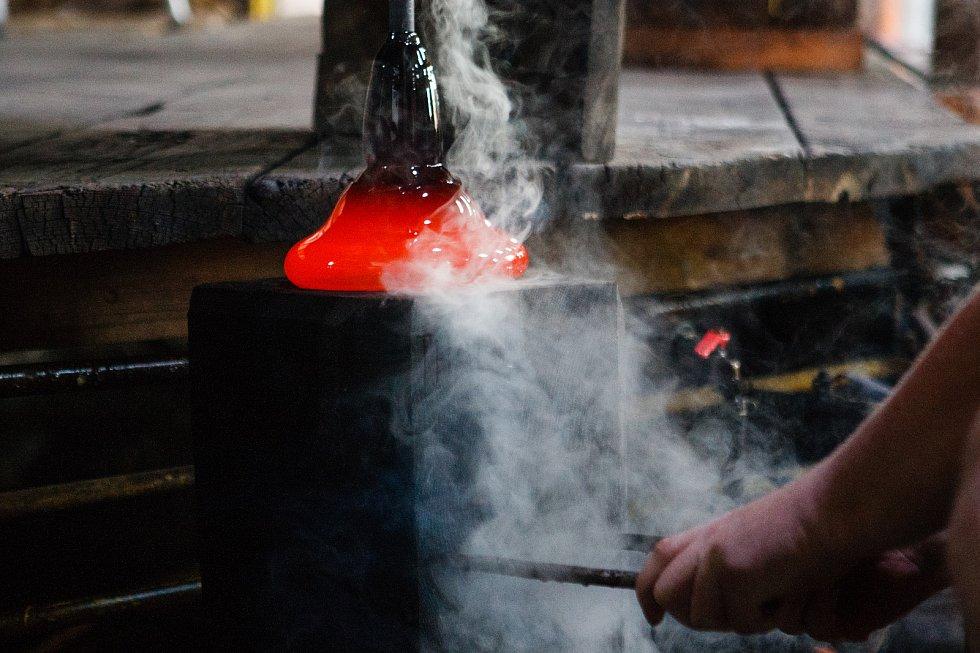 Skláři z Lindavy vyrábějí ceny Thálie.