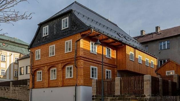 Zrekonstruovaný podstávkový dům v Kalinově ulici č.p. 106 v Novém Boru.