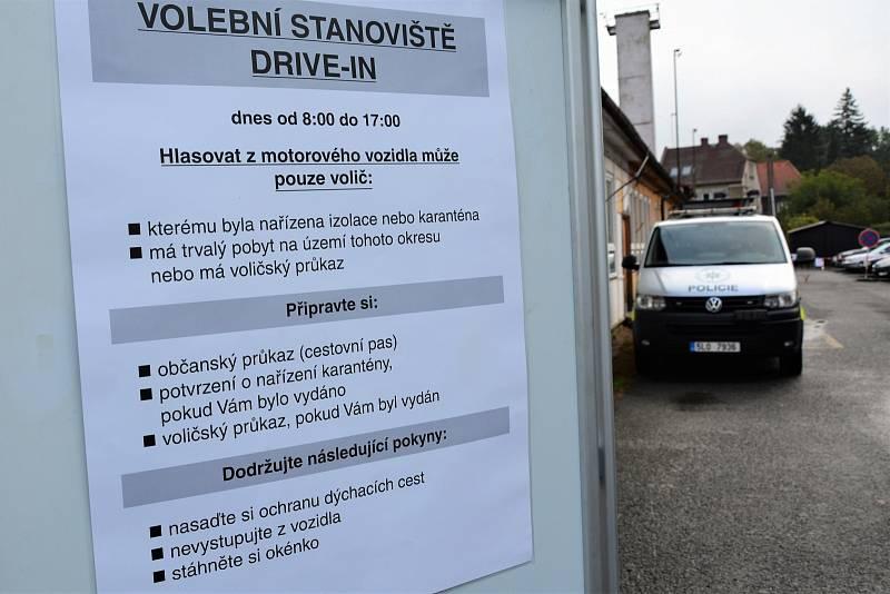 Volby na Českolipsku začaly. Hlasovat z auta mohou lidé v karanténě provizorní volební místo pro okres v Poříční ulici v České Lípě
