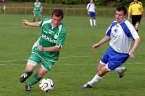 MARNÁ SNAHA. Novoborští fotbalisté podlehli na hřišti  rezervy Bohemians 0:2 a v divizní  tabulce klesli na čtvrtou příčku. Na snímku vlevo bojuje o míč Lukáš Martínek.