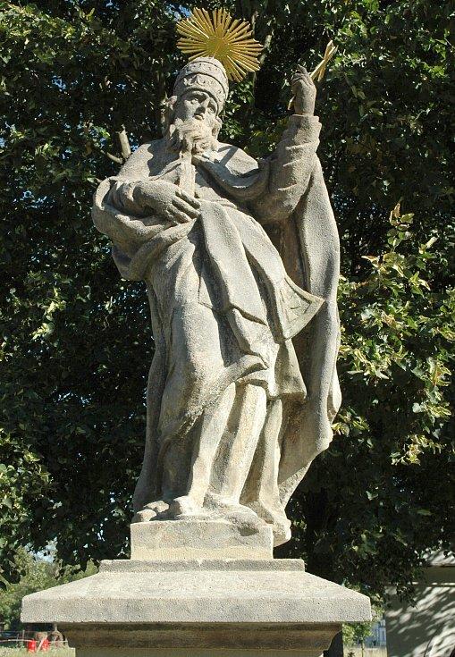 Zlacené prvky přilepovali restaurátoři sochám ve středu. Každý ze svatých dostal zlatou svatozář a atribut, který je pro něj typický. Sv. Fabián.