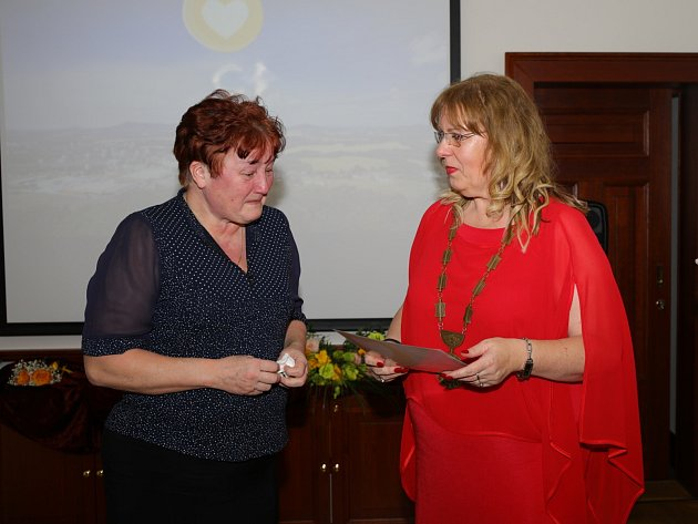 Jindřiška Pomikálková (vlevo), ředitelka základní, praktické a mateřské školy, zakladatelka speciálních tříd pro těžce handicapované a pro autistické děti ve městě, se stala českolipským pedagogem roku 2018.Cenu jí předala starostka města Romana Žatecká.