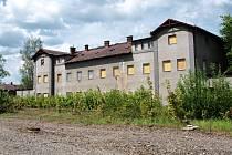 Bývalé vlakové nádraží v České Lípě zatím chátrá.