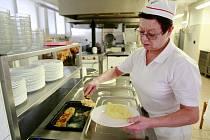 Lépe a zdravě se naučí vařit kuchařky ze školních jídelen. Kurzem je provede šéfkuchař Jan Heřmánek.