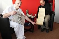 Radek Havlas a Antonín Vojtěchovský, vedoucí technického odboru NsP Česká Lípa, při prohlížení dobových novin.