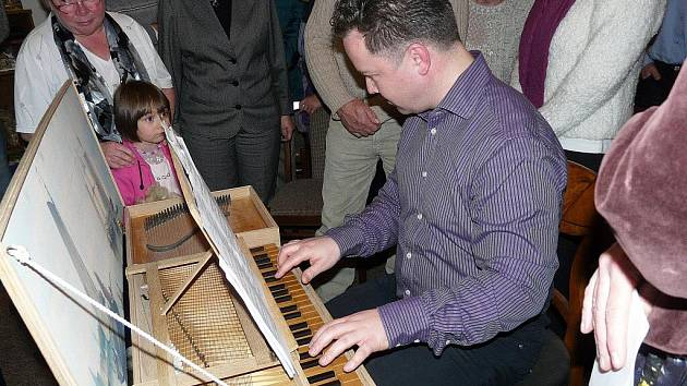 Starobylý hudební nástroj rumburským posluchačům představil varhaník Tomáš Flégr.