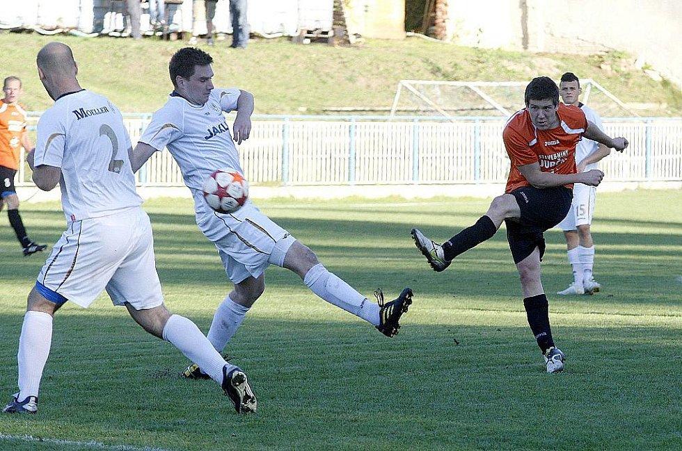 Derby u Máchova jezera lépe vyšlo domácímu souboru. Kouba se snaží prostřelit Koška s Ratajem.
