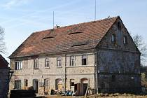 Dům ve Skalce, ve kterém sídlí Institut pohostinného přátelství, budou dobrovolníci pomáhat rekonstruovat.