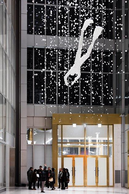 17 metrů velká skleněná plastika je složená z18000ručně foukaných skleněných kuliček.