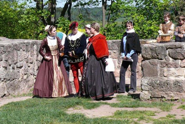 Na zahradě muzea se představí i skupina historických tanců The Wings.