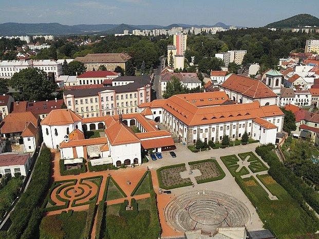 Znovuzrozený po náročné rekonstrukci střech. Tak se už zítra večer představí obyvatelům České Lípy zdejší klášterní komplex.