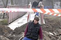 Do poloviny června budou muset pěší používat most u světelné křižovatky. Stará lávka, kterou vidíme na fotografii, je už minulostí.
