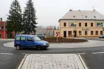 Nový kruhový objezd na Kozinově náměstí v Mimoni slavnostně otevřeli ve čtvrtek.