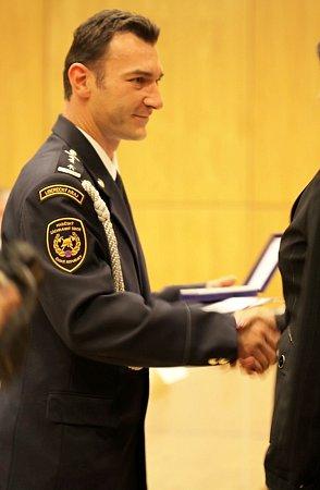 Záslužnou medaili IZS převzal zrukou hejtmana Stanislava Eichlera ihasič zJablonného Petr Chodur.