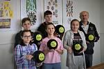 Do celorepublikové soutěže Fandíme Fairtrade se zapojili i studenti Gymnázia Mimoň, kteří tzv. férový obchod podporují již řadu let. Za konečné druhé místo získala škola patnáct volejbalových míčů s logem soutěže.