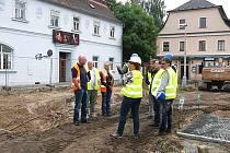 Rekonstrukce náměstí u radnice, na které se v Boru pracuje už od léta a souvisí s ní řada omezení pro místní, by měla skončit zhruba do dvou měsíců.