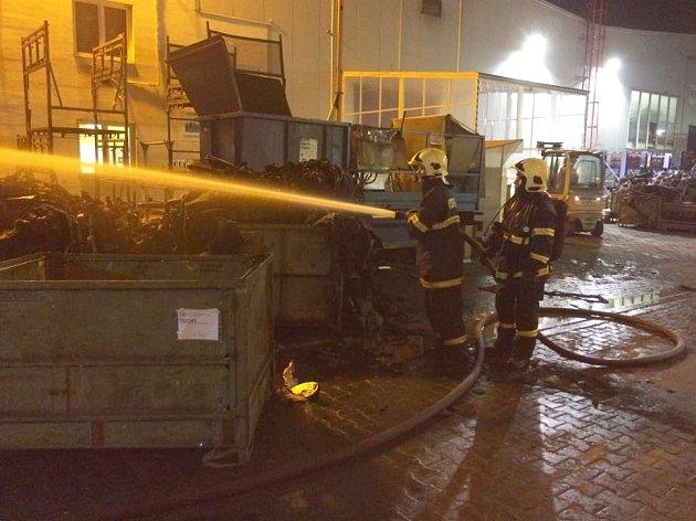 Požár obřího kontejneru likvidovaly čtyři hasičské jednotky v areálu firmy IAC Zákupy ke konci února.