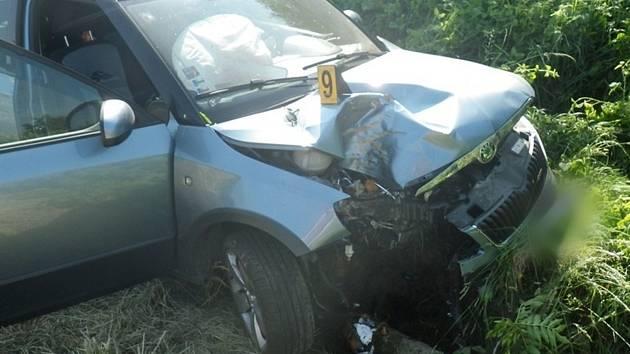 Zřejmě usnul a se Škodou Fabií slovenské poznávací značky narazil do stromu. Hasiče, zdravotníky a policisty zaměstnala v sobotu ráno nehoda osobního auta na silnici I/50 ve směru z Malínek na Brankovice.