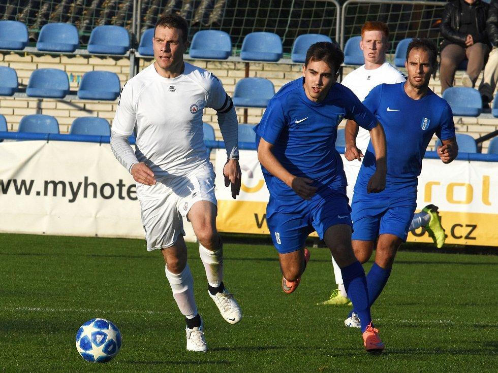 Vyškovský B tým (bílé dresy) postoupil do čela tabulky I. A třídy – skupiny B. Vyneslo ho tam vysoké vítězství nad Moravanem Lednice 5:1.