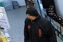 Muže, který by v souvislosti s loupeží v Rousínově mohl policii podat důležité informace, hledají policisté. Poznáte ho?