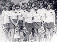 Dorostenky sboru dobrovolných hasičů Nevojice v roce 1974.