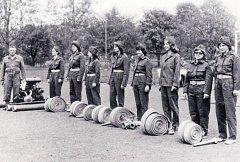 Družstvo dorostenek nevojických hasičů na soutěži ve Strážnici v roce 1976.