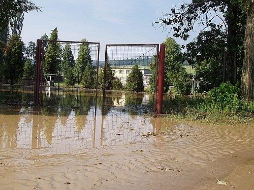 Sotva Málkovičtí uklidili sportovní areál, přinesla další průtrž nové nánosy bahna.