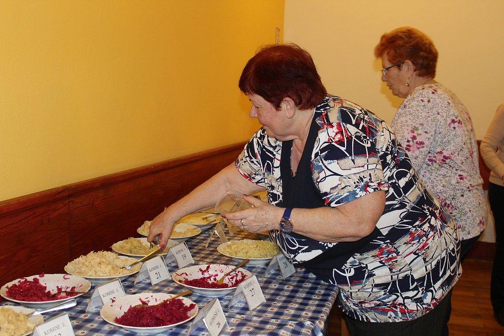 V Mikulčicích se uskutečnil oblíbený košt ovocných pálenek a zelí.