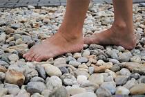 Přírodu poznají bosou nohou na pocitovém chodníku.