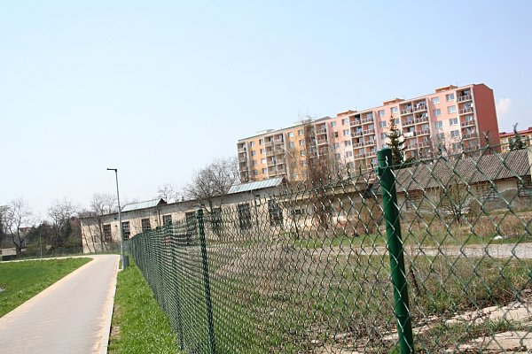 Nevzhledný areál bývalé traktorové stanice ve Vyškově by se měl vbudoucnu změnit vklidovou zónu.
