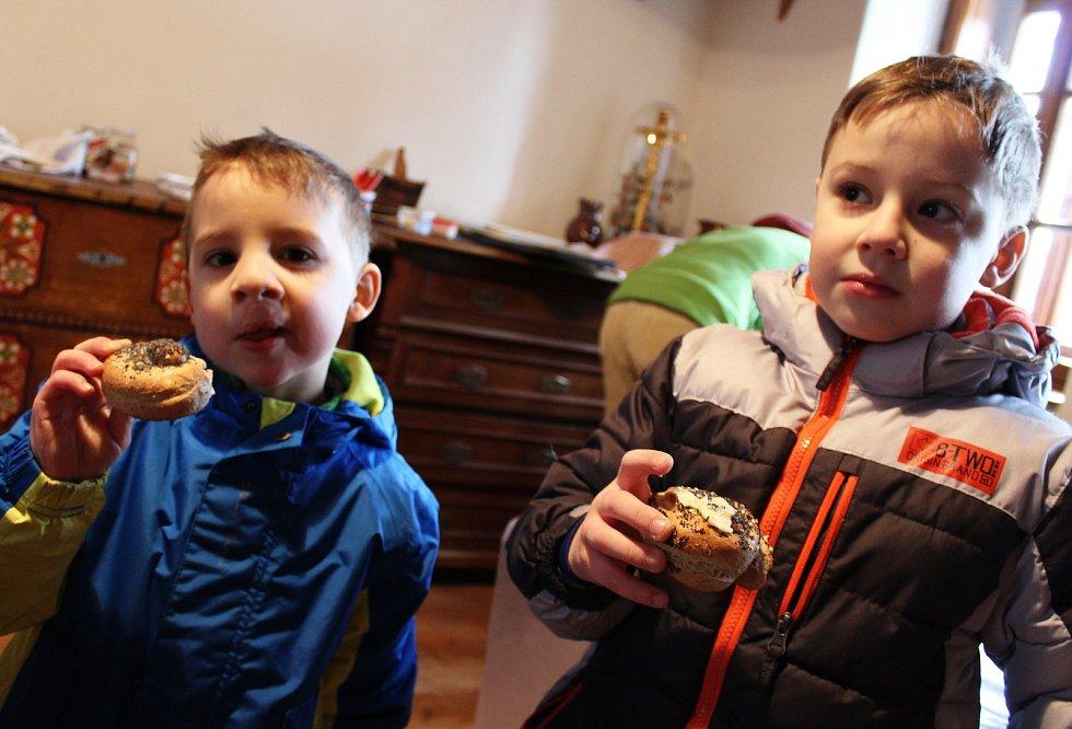 Z čeho se vyrábí chleba, se v sobotu dozvěděly děti ve vyškovském zooparku. A také si ho upekly.