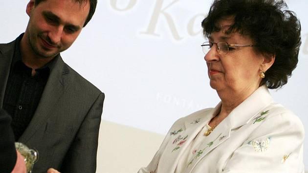 Populární spisovatelka Jaroslava Říhová pokřtila Fialky pro Karolinu.